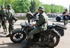Soldado alemán en la moto Foto de archivo