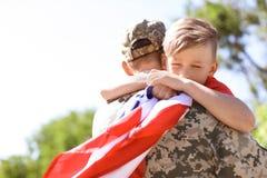 Soldado americano con su hijo al aire libre imagen de archivo libre de regalías