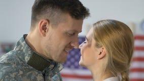 Soldado americano de amor que abraça a esposa nova que olha a câmera, regresso a casa do veterano video estoque