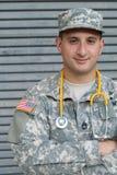 Soldado americano de sexo masculino en el uniforme del camuflaje del ejército - imagen común imagen de archivo