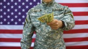 Soldado americano que dá o dinheiro, suporte financeiro, programa da doação, salário video estoque