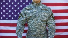 Soldado americano que guarda os livros que estão no fundo da bandeira, educação militar filme