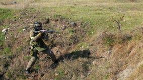Soldado armado com espingarda automática video estoque