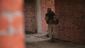 Soldado armado con el rifle automático inbuilding almacen de metraje de vídeo
