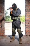 Soldado armado na máscara preta que alveja com um injetor imagem de stock royalty free
