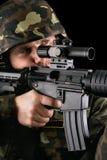 Soldado armado que toma o alvo Fotografia de Stock