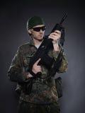 Soldado camuflar e munição com um rifle fotos de stock