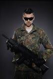Soldado camuflar e munição com um rifle imagens de stock