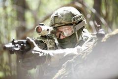 Soldado com espingarda automática do airsoft Imagens de Stock Royalty Free