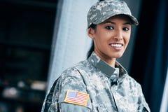 Soldado com o emblema da bandeira dos EUA fotografia de stock royalty free