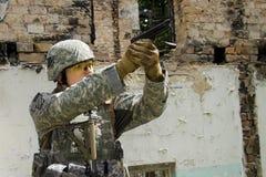 Soldado com pistola foto de stock royalty free