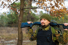 Soldado com um rifle na floresta do outono Foto de Stock Royalty Free