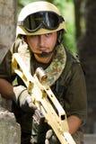 Soldado com um rifle que move-se para fora Fotos de Stock Royalty Free