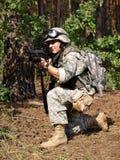 Soldado con apuntar de la carabina M4 Imagen de archivo