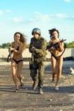 Soldado con dos mujeres foto de archivo libre de regalías