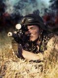Soldado con el arma Imagen de archivo libre de regalías