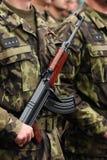 Soldado con el arma de metralleta Foto de archivo
