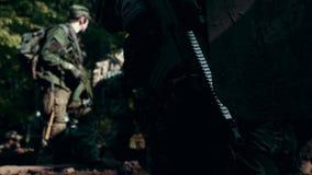Soldado con el arma en el vehículo militar del fondo almacen de metraje de vídeo