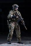 Soldado con el dispositivo y el rifle de visión nocturna Imagenes de archivo