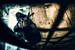 Soldado con el rifle aming Foto de archivo libre de regalías