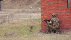 Soldado con el rifle automático en la ciudad metrajes