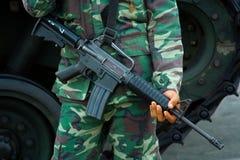 Soldado con el rifle de los militares M-16 Foto de archivo