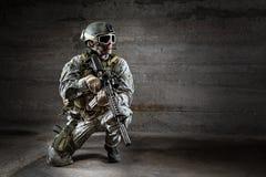 Soldado con el rifle y la mochila de la máscara Imagenes de archivo