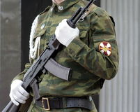 Soldado con el subfusil ametrallador 3 Imagen de archivo