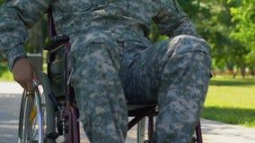 Soldado con incapacidades en curso de la rehabilitación en la clínica para los veteranos de guerra almacen de video