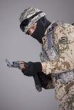 Soldado con la ametralladora del Kalashnikov Foto de archivo libre de regalías