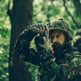 Soldado con la cámara en bosque Fotos de archivo libres de regalías
