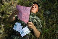 Soldado con la carta Foto de archivo libre de regalías