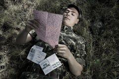 Soldado con la carta Imágenes de archivo libres de regalías
