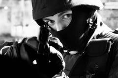 Soldado con la pistola semiautomática del glock Fotos de archivo libres de regalías