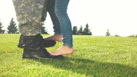 Soldado con las botas y muchacha con las piernas desnudas almacen de metraje de vídeo