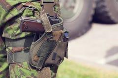 Soldado con un arma Foto de archivo libre de regalías