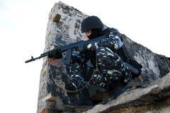 Soldado con un rifle en la posición imagenes de archivo