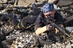 Soldado con un rifle que apunta la blanco Imágenes de archivo libres de regalías