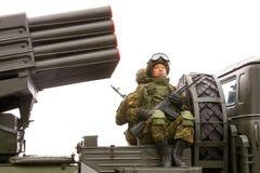 Soldado con un subfusil ametrallador en su coche en un desfile militar Fotografía de archivo