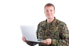 Soldado con una computadora portátil Imágenes de archivo libres de regalías