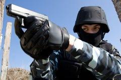 Soldado con una pistola Imagen de archivo libre de regalías