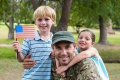 Soldado considerável reunido com a família fotos de stock