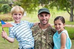 Soldado considerável reunido com a família foto de stock