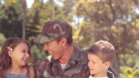 Soldado considerável reunido com suas crianças video estoque