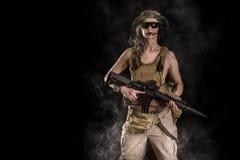 Soldado da mulher com espingarda de assalto Fotos de Stock Royalty Free