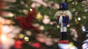 Soldado da quebra-nozes em uma árvore de Natal com fundo borrado Árvore de Natal com luzes borradas Defocused Bokeh video estoque