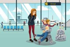 Soldado Dad Coming Home cumprimentado por seu filho no aeroporto Imagem de Stock Royalty Free