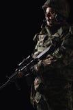 Soldado das forças especiais com o rifle no fundo escuro foto de stock royalty free