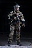 Soldado das forças especiais com o rifle no fundo escuro fotografia de stock royalty free