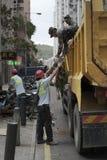 Soldado de ayuda voluntario del chino durante el tifón pegado fotografía de archivo libre de regalías